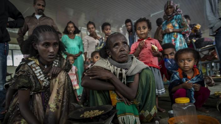 Äthiopien: Zehntausende sind in Tigray vor den Kampfhandlungen geflohen: Frauen und Kinder in einer zur Notunterkunft umfunktionierten Schule.