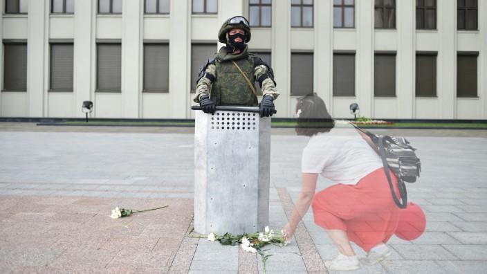 Im August 2020 legten die Demonstranten den Soldaten noch Rosen vor die Füße. Diese Zeiten sind lange vorbei. Heute traut sich niemand mehr, öffentlich Kritik an Lukaschenko zu üben.