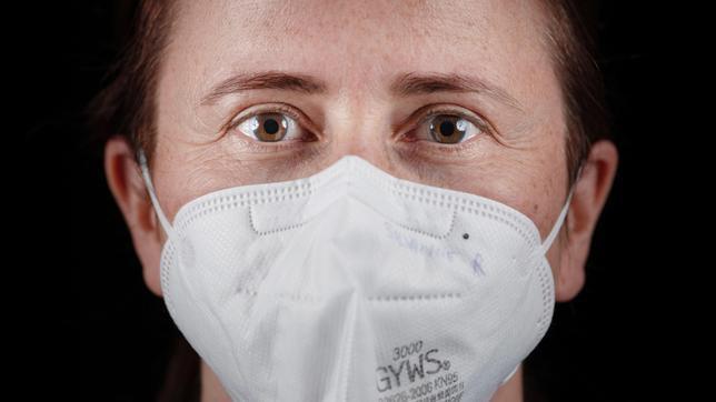 """Doku """"Schockwellen"""" zur Pandemie: Die Maske - Chiffre für eine bedrückende Zeit."""