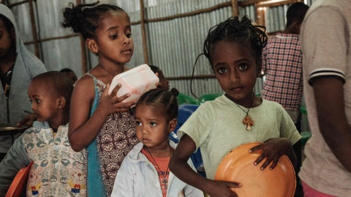 Kinder bei einer Essensausgabe in einem privat organisierten Flüchtlingscamp in Mekelle. Die Ernährung von mehr als zwei Millionen Menschen in Tigray ist nicht gesichert.