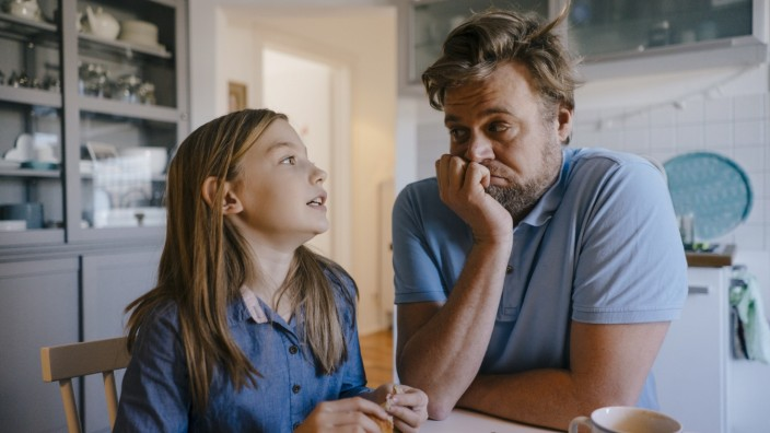 Daughter talking to father in kitchen at home model released Symbolfoto property released PUBLICATIONxINxGERxSUIxAUTxHU