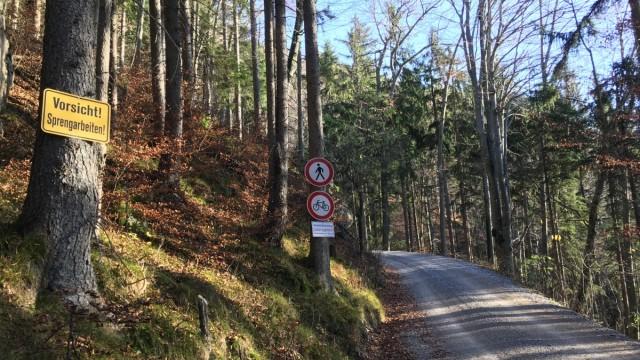 Umwelt: Eine breite Zufahrt gilt dem Landratsamt Rosenheim offiziell als bloße Forststraße.