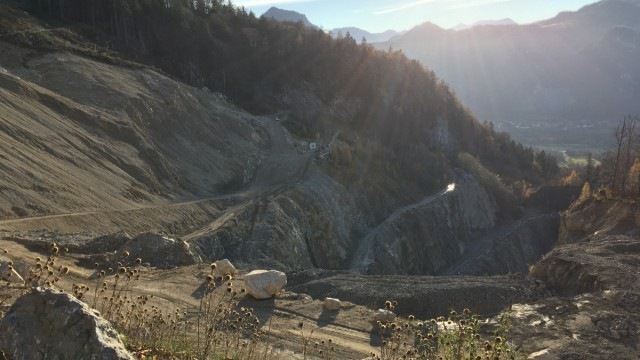 Umwelt: Der Steinbruch am Heuberg ist längst über die genehmigte Höhe hinausgewachsen.