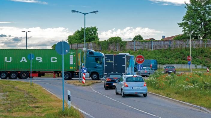 Kirchheim: Soll durch den Umbau zur Kreuzung leistungsfähiger werden: der Kreisverkehr zwischen der Staatsstraße 2082 und dem Heimstettener Moosweg, im Volksmund Kirchheimer Oval genannt.