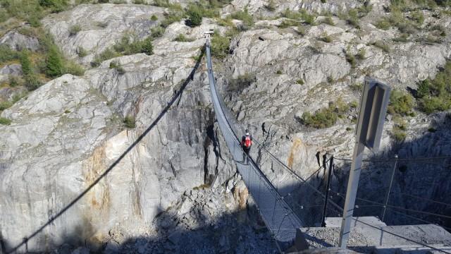 Hotel am Aletschgletscher: Nichts für schwache Nerven: die Hängebrücke zwischen Riederalp und Belalp. Sie führt über die Massa, den Auslauf des Aletschgletschers.