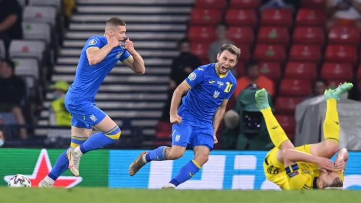 Fußball-EM: Spätes Glück gegen Schweden: Artem Dovbyk (l) mit dem 2:1