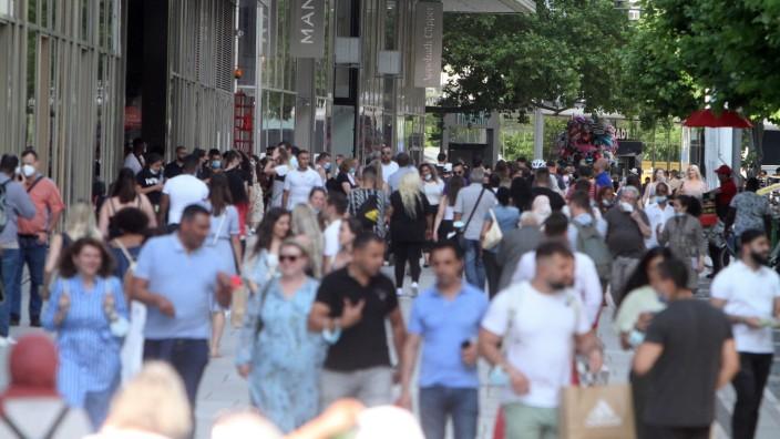 Nach den inzidenzbedingten Lockerungen und Wiedereröffnung der Geschäfte herrscht in der Einkaufsstraße und Fußgängerzo