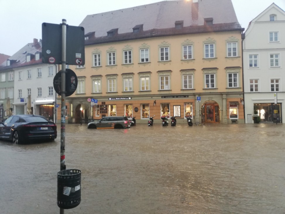 Regen überflutet Innenstadt von Landshut