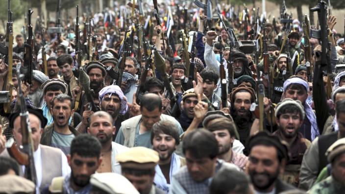 Afghanistan: Widerstand gegen die Taliban: In vielen Distrikten organisieren sich Bürgerwehren für den Kampf - hier eine Demonstration von Freiwilligen in Kabul.