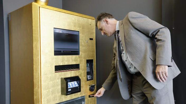 """Edler Automat: Rudolf Engelsberger, Geschäftsführer von """"Gold to go"""", demonstriert, wie der Edelmetallautomat funktioniert."""