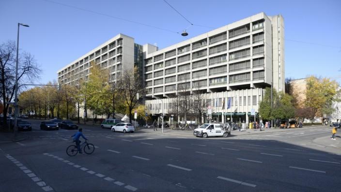 Eklat vor Gericht: Ein Rechtsanwalt wird von mehreren Justizwachtmeistern zu Boden gebracht, seine Hände mit Handschellen fixiert: Das ereignete sich in einem Sitzungssaal des Strafjustizzentrums in der Nymphenburger Straße.
