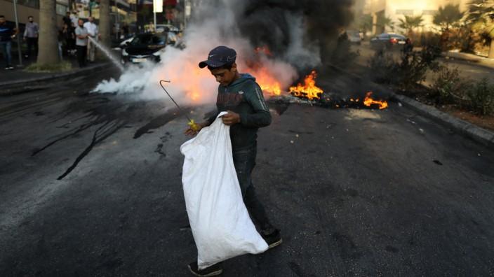 Libanon: In Beirut errichteten Einwohner Straßensperren aus brennenden Autoreifen.