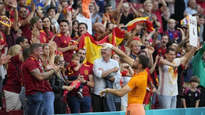 Spanien bei der EM 2021: Die Erinnerung an seinen Fehler abgestreift wie ein altes Trikot: Unai Simón feiert nach dem epischen 5:3-Sieg im Achtelfinale mit spanischen Fans.