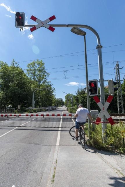 Geschlossene Schranken an S-Bahnübergang in München, 2020