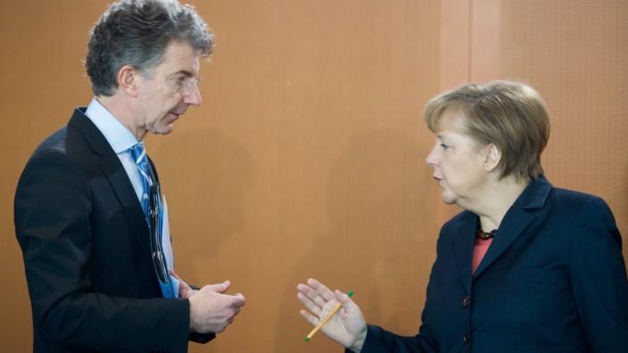 Berlin, Christoph Heusgen, aussenpolitischer Berater der Bundeskanzlerin und Bundeskanzlerin Angela Merkel (CDU) am Mit