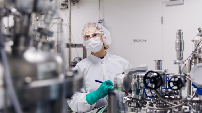 Mitarbeiter in einem Labor von CureVac