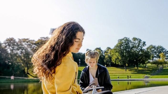 Sprachen, Kunst und vieles mehr: Viele Kurse finden in diesem Sommer draußen statt - vom Aquarellmalen bis zum Bogenschießen.
