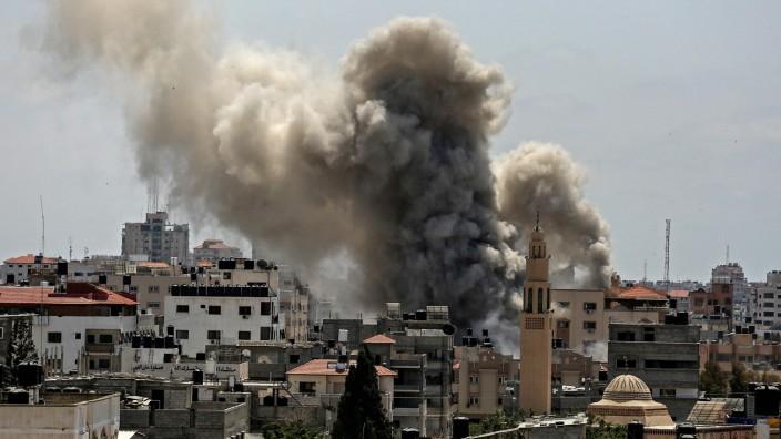 Nahostkonflikt: Brennendes Gebäude im Gazastreifen
