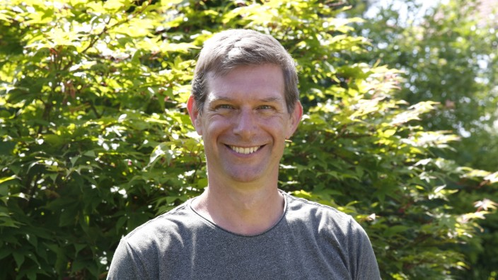 Porträt: Stephen Harrison berät von Gelting aus Firmen aus aller Welt. Sein Smartphone ist dabei sein wichtigstes Werkzeug.