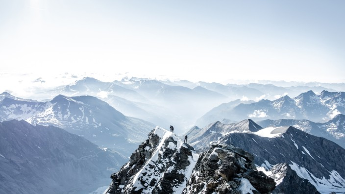 Bergsport: Fotografieren kann er auch: Gipfelglück am Glockner von Pauli Trenkwalder.