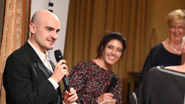 Sozialpreis des SZ-Adventskalenders: Giulio Salvati, der eine Datenbank für NS-Zwangsarbeiter schuf, und Patin Sophie Pacini.