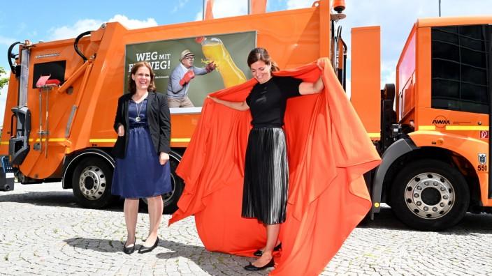 'Weg mit dem Einweg 'Kristina Frank und Verena Dietl(links)stellen die neue AWM-Kampagne vor.