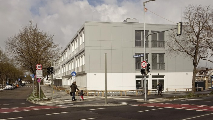 Problematische Schulplanung: Schon nach einem Jahr zeigt sich, dass das Gymnasium an der Georg-Zech-Allee zu klein ist: Kinder aus dem Hasenbergl müssen abgewiesen werden. Die Aufnahme wurde im April gemacht.