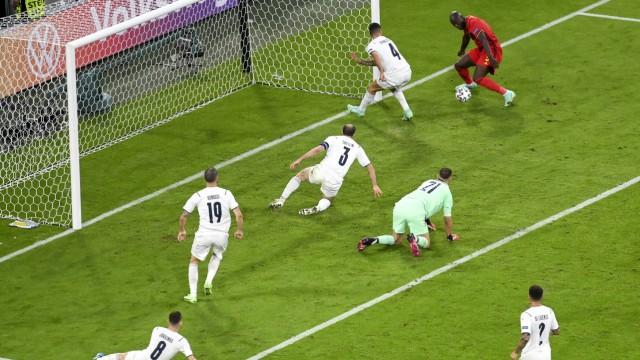 Fußball-EM: Romelu Lukaku (ganz hinten) bringt den Ball nicht im italienischen Tor unter.