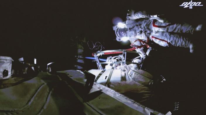 Die chinesischen Astronauten verlassen die Raumstation für Außenarbeiten.