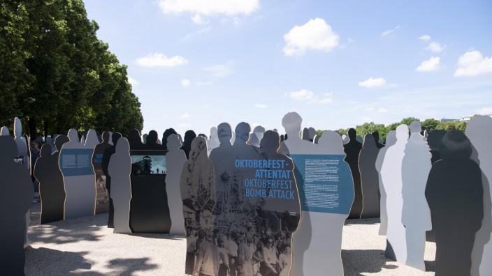 Muenchen, Figuren mit Texttafeln zur Errinnerung und zum Gedenken an das Oktoberfest Attentat 1980 Theresienwiese *** M