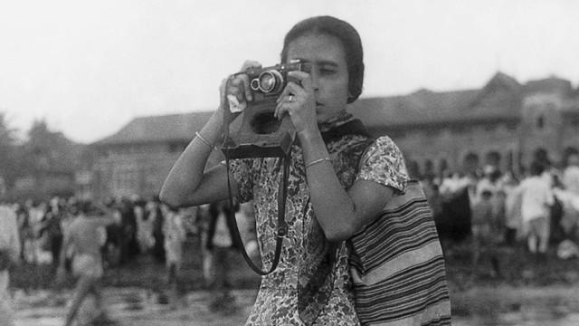 Fotografinnen des 20. Jahrhunderts: Homai Vyarawalla, Indiens erste Photojournalistin, Ende der 30er Jahre in Bombay am Chowpatty Beach.