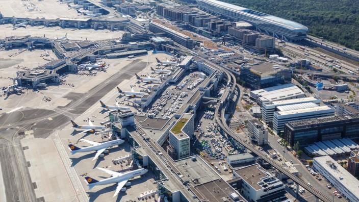 Frankfurt, Deutschland, 27. Mai 2020: Luftbild Terminal 1 und Lufthansa Flugzeuge am Flughafen Frankfurt FRA während de