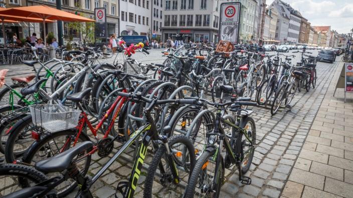 DEU Deutschland Bayern Augsburg 07 07 2018 Fahrradständer an der Maximilianstraße *** DEU Germ