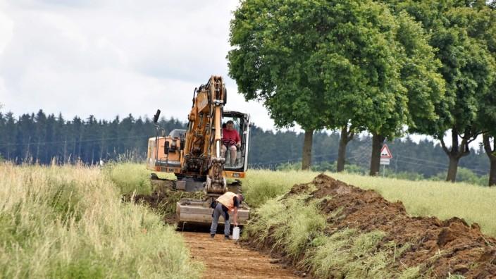 Archäologie: Blick in den Boden: Mithilfe eines Baggers wird die Humusschicht etwa einen Meter tief abgetragen.