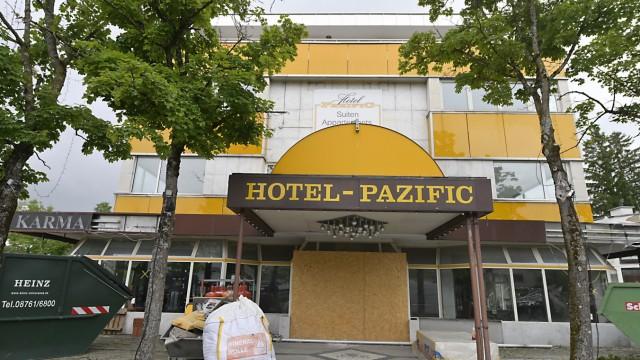 Flüchtlingsunterkunft in Ottobrunn: Die Arbeiter sind schon am Werkeln: Das Hotel Pazific ist Geschichte. Frühestens im Herbst sollen die Geflüchteten dort einziehen.