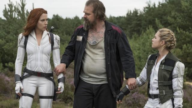 """""""Black Widow"""" im Kino: Falsche Familie: Scarlett Johansson, David Harbour und Florence Pugh in """"Black Widow""""."""