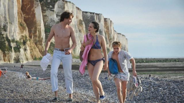 """Im Kino: """"Sommer 85"""": Als die Engländerin Kate (Philippine Velge) das Duo zum Dreieck macht, wird es schwierig."""