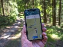 Wandern, Smartphone mit Wander-App, Navigation auf Wanderwegen, digitale Wanderkarte mit Navigation, Komoot App, auf dem