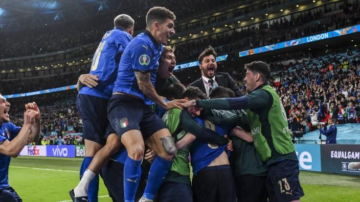 SZ am Morgen: Im Elfmeterschießen hat die italienische Nationalmannschaft Spanien besiegt und das Finale der Europameisterschaft in Wembley erreicht.