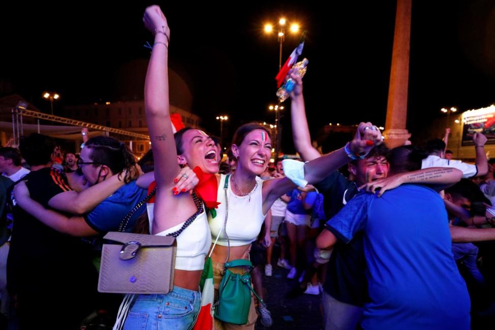 Soccer - Euro 2020 - Fans gather for Italy v Spain