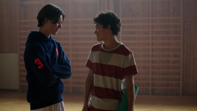 """""""Young Royals"""" auf Netflix: Wilhelm stürzt sich in eine Romanze mit dem begabten Mitschüler Simon aus der nahe gelegenen Sozialbausiedlung."""