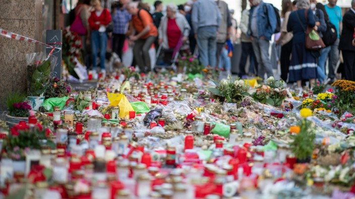 Attentat in Würzburg: Grablichter und Blumen liegen vor einem Kaufhaus in der Innenstadt