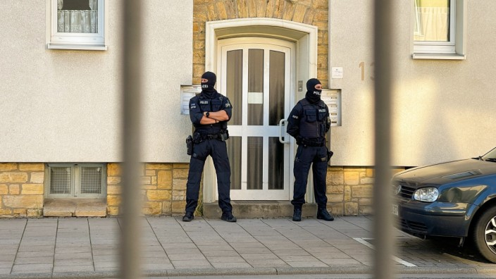 Polizisten sichern den Eingang zu einem Haus in Osnabrück, in dem ein mutmaßlicher Mitwisser des islamistischen Terroranschlag von Wien wohnen soll.