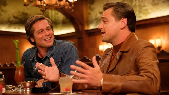 Das Buch zum Film: Große Männerfreundschaft: Brad Pitt als Stuntman Cliff Booth und Leonardo DiCaprio als Hollywoodstar Rick Dalton.