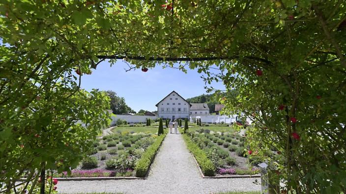 Auszeit: Im Prälatengarten von Kloster Schäftlarn werden die Besucher von keinem Handy bei der Blumenbeschau abgelenkt.