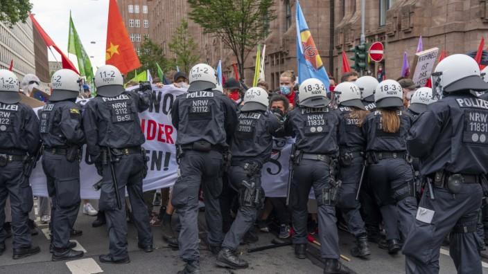 Polizeieinsatz bei einer Demonstration gegen das geplante Versammlungsgesetz in NRW, in Düsseldorf, verschiedenste Linke