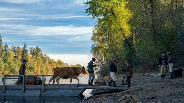 FIRST COW 2019 de Kelly Reichardt Allyson Riggs - A24 - IAC Films - Film Science PUBLICATIONxINxGERxSUIxAUTxONLY FIRST C