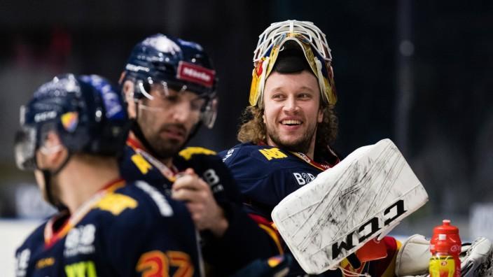 200213 Djurgardens malvakt Karri Rämö under uppvärmningen inför ishockeymatchen i SHL mellan Djurgarden och Växjö den 1