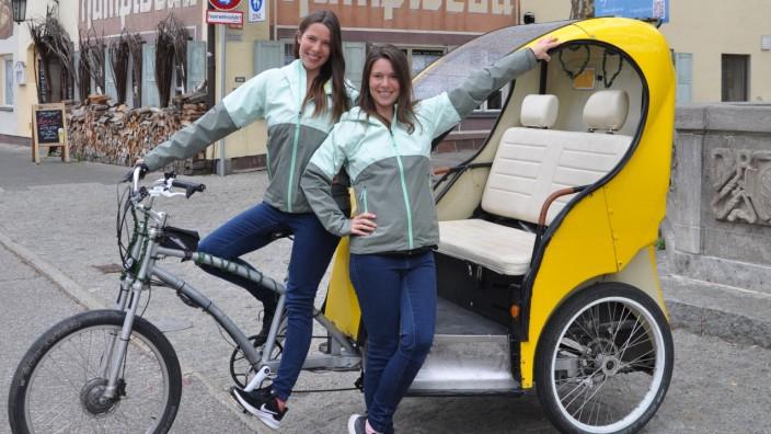 Leonie und Sarah Brand mit ihrer Rikscha