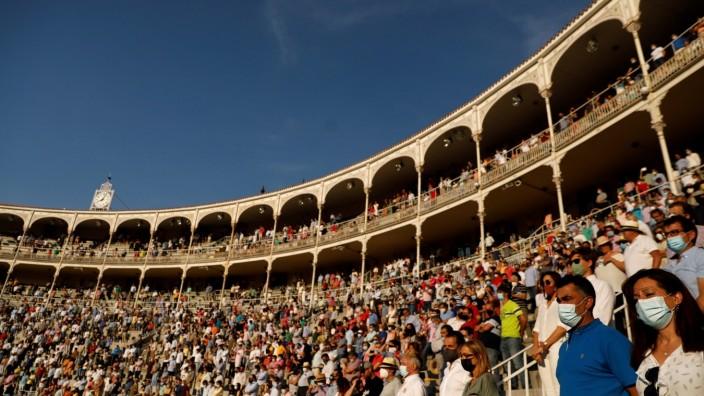 Corona in Spanien: Gedenken für die Opfer in einer Madrider Stierkampfarena